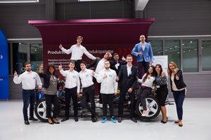 Spoločná fotka krúžku desiatich prvákov - účastníkov pilotného projektu Bakalár v automobilovom priemysle.