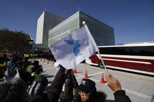 Športovci z KĽDR a Kórejskej republiky vystúpia na otváracom ceremoniáli pod spoločnou vlajkou.
