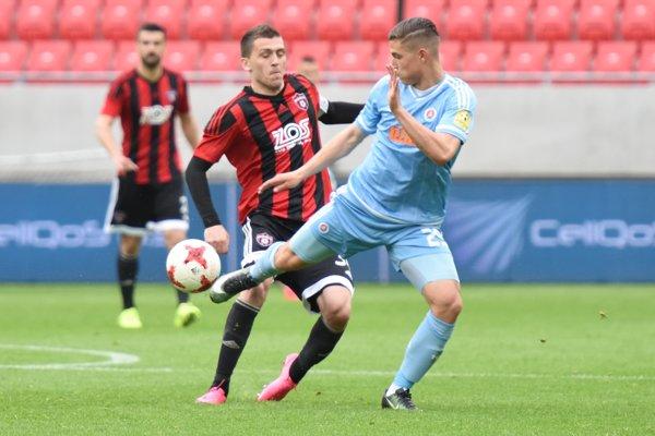 Lukáš Greššák (vľavo) v zápase Fortuna ligy proti Slovanu Bratislava - ilustračná fotografia.