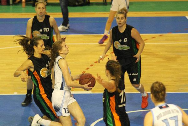 Viktória Fehérová preniká pod kôš tímu z Viedne.