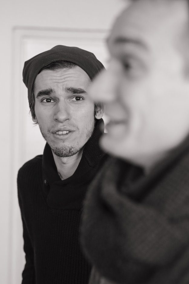 Zľava Peter Tilajčík a Martin Kollár v inscenácii Intim.