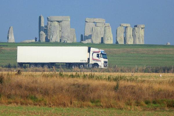 Vedľa Stonehengeu ide jedna z hlavných juhoanglických tepien.