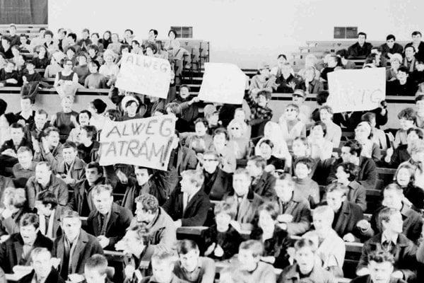 Foto z 10. februára 1968. Poslucháči bratislavských vysokých škôl vyjadrili podporu výstavbe moderného dopravného nekonvenčného systému Alweg vo Vysokých Tatrách.