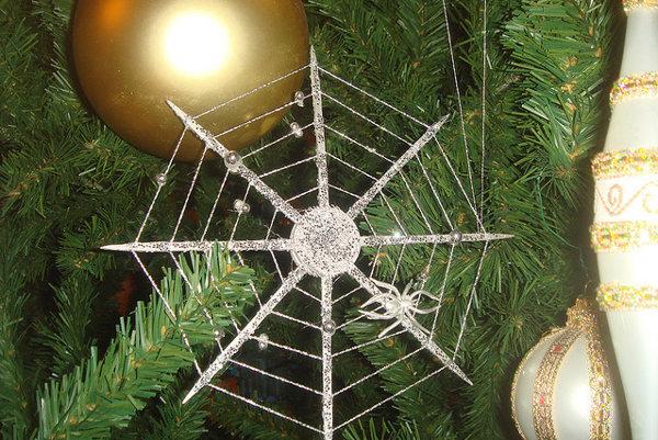 Vianočné stromčeky na Ukrajine bývajú ozdobené pavučinou.