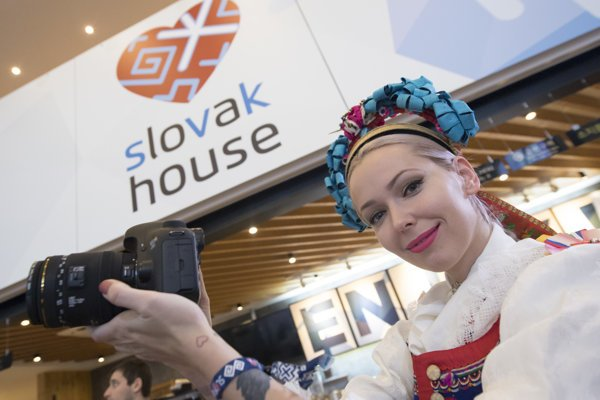Dievča v kroji počas otvorenia Slovenského olympijského domu.