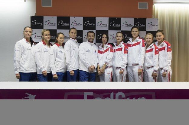 Slovenský tím (vľavo) a ruský tím.