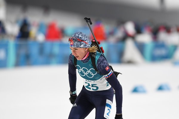 Anastasia Kuzminová bojuje na trati šprintu žien na 7,5 kilometra.