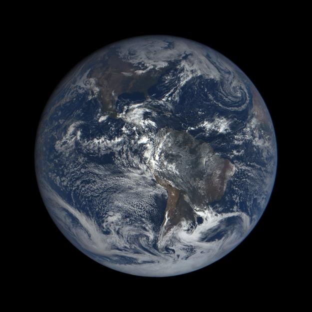 Severná a Južná Amerika zachytená 15. októbra 2015 sondou na skúmanie klímy DSCOVR.