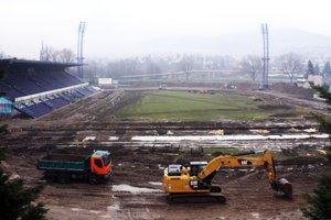 Futbalový štadión pod Zoborom sa zmenil na veľké stavenisko. Toto je pohľad zo strechy zimného štadióna.