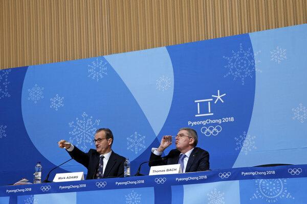 Hovorca Medzinárodného olympijského výboru (MOV) Mark Adams (vľavo) uviedol, že problém riešia.