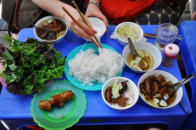 Streetfood v uliciach mesta, typická Bun Cha
