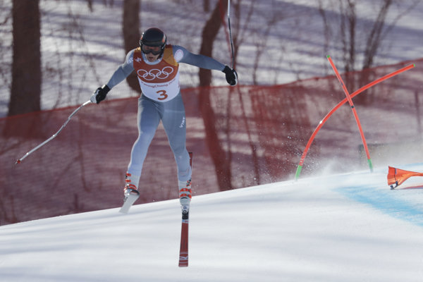 Olympijský športovec z Ruska Pavel Trichičev robí chybu, po ktorej nasleduje hrozivo vyzerajúci pád.