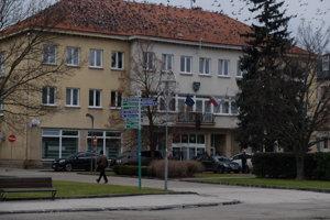 Edukačný kabinet je v bočnom trakte budovy mestského úradu.