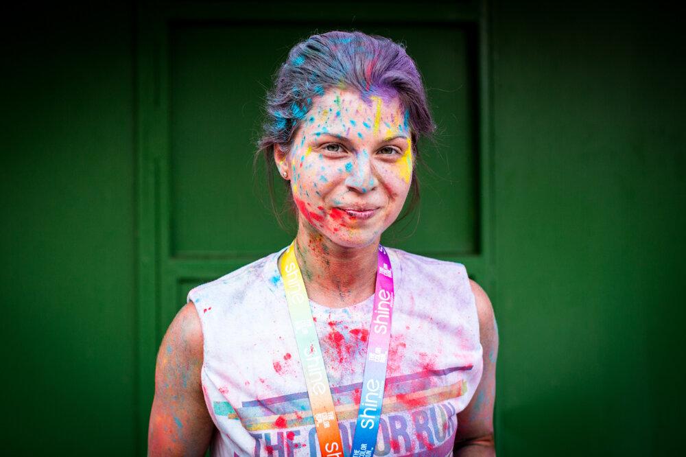 Bežkyňa v cieli The Color Run. (8. 8. 2015, Bratislava)