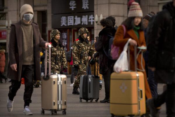 Milióny Číňanov sa pred oslavami Nového roka presúvajú vlakmi, autobusmi a lietadlami.