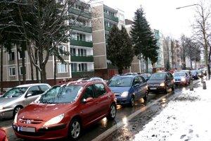 Obyvatelia bytoviek zMudroňovej ulice hovoria, že pre výpary záut nemôžu ani vetrať.