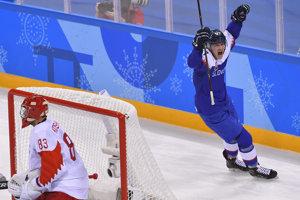Na snímke Marcel Haščák (Slovensko) sa raduje po góle spoluhráča Petra Ölveckého, vľavo prekonaný brankár Vasilij Košečkin z OŠ Rusko.