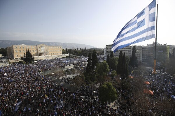 Začiatkom mesiaca proti navrhovanému kompromisu v gréckom Solúne protestovali desaťtisíce ľudí.