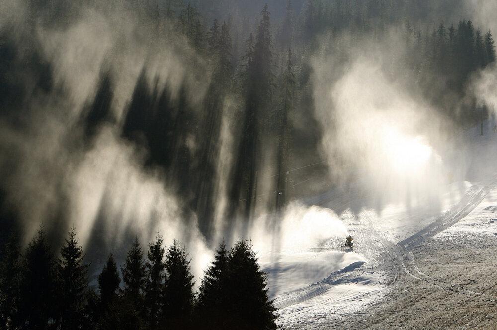 Snežné delá na Donovaloch ako pripravujú svahy na prvú lyžovačku. (25. 11. 2015, Banská Bystrica)