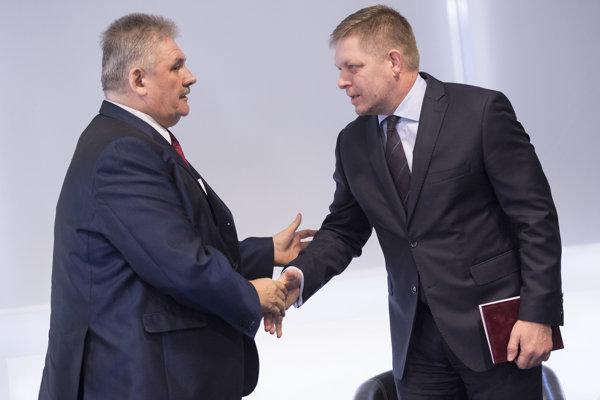 Predseda vlády SR Robert Fico (vpravo) a minister práce sociálnych vecí a rodiny SR Ján Richter.