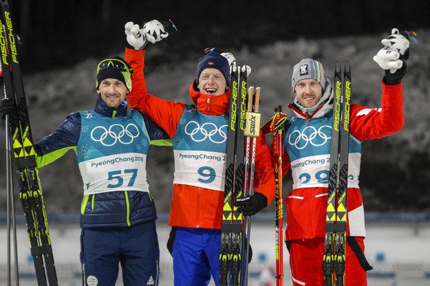 Pred objektívmi fotografov pózujú traja najlepší z vytrvalostných pretekov - zľava strieborný Jakov Fak, zlatý Johannes Thingnes Bö a bronzový Dominik Landertinger.