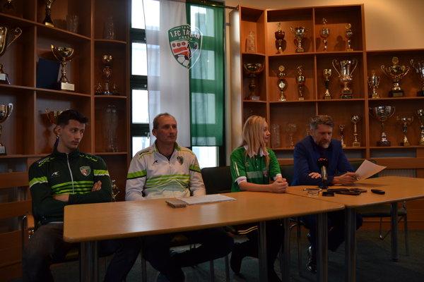 Pred štartom jarnej časti Fortuna ligy. Ako potvrdil manažér Trávniček (vpravo), trénerom ostáva A.Mišovec (druhý zľava).