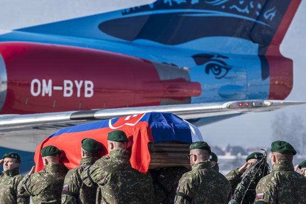 Smútočná ceremónia, pri ktorej s vojenskými poctami naložili telesné pozostatky majora Petra Pavlovského do vládneho špeciálu.