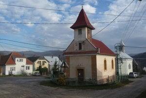 V skutočnosti sú v Novej Lehote dva kostoly. V Hornej Dolnej ani jeden.
