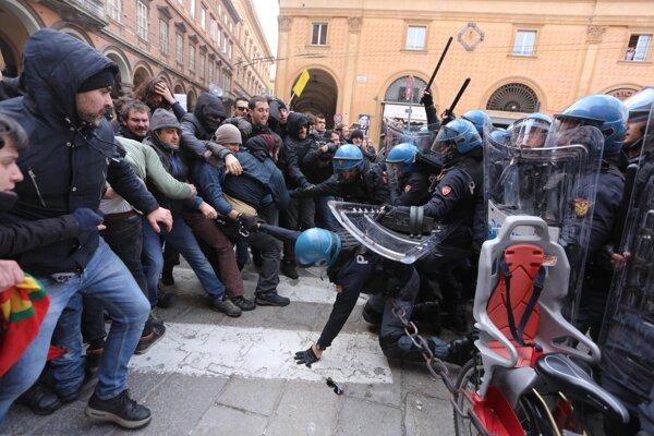 Talianska polícia zasahovala na antifašistickej demonštrácii vodnými delami.
