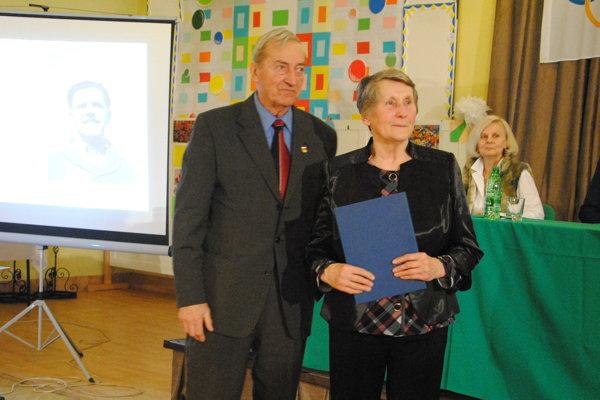 Ivan Čierny odovzdal ocenenie Alene Hejtmánkovej – Holárkovej.