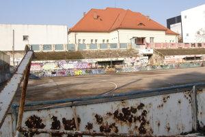 Ihrisko sa nachádza za Dominom. Vpravo stojí obchodné centrum Mlyny.
