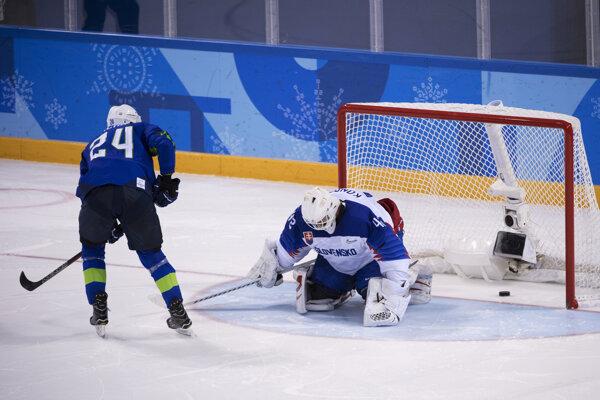 Slovenskí hokejisti prehrali so Slovinskom po samostatných nájazdoch.