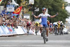 Slovenský cyklista Peter Sagan sa raduje v cieli po tom, čo zvíťazil v pretekoch mužov Elite s hromadným štartom v rámci majstrovstiev sveta v cestnej cyklistike 27. septembra 2015 v americkom Richmonde.