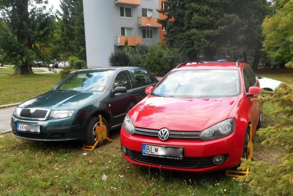 Aj takto sa parkovalo na Chrenovej počas výstavy Agrokomplex.