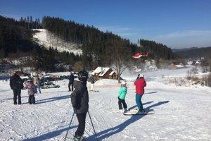 Dnes popoludní potreboval pomoc lyžiar, ktorý pociťoval silnú bolesť na hrudníku, následne odpadol a chvíľu bol v bezvedomí.
