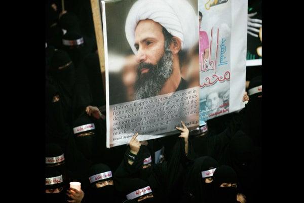 Saudskoarabskí protivládni demonštranti nesú transparent s podobizňou duchovného, šejka Nimra an-Nimra.