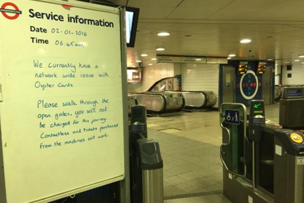 V Londýne nefungovali čitačky Oyster kariet na verejnú dopravu. Niekoľko hodín sa tak dalo cestovať zdarma.