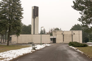 Dom smútku pripomína modernistický kostol.