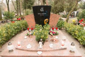 Miesto posledného odpočinku na vrakunskom cintoríne našla aj známa osoba z podsvetia, Peter Čongrády.
