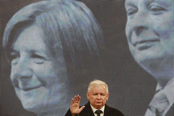 Jaroslaw Kaczyński (vpredu) sa lúči so svojím zosnulým dvojčaťom Lechom Kaczyńským (v pozadí na snímke).