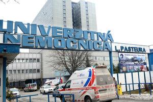 Košická univerzitná nemocnica. Vandali v nej radi rozbíjajú i sklenené výplne okien a  dverí.