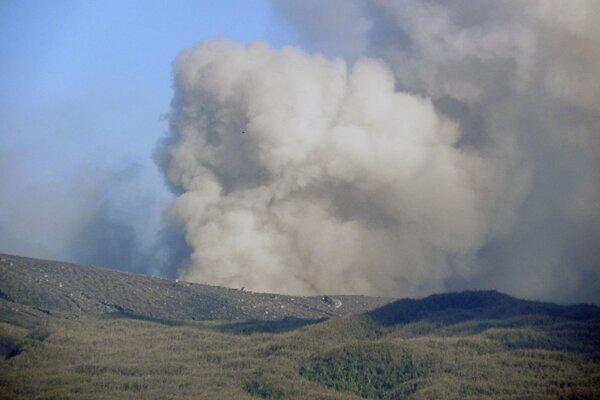 Z pohoria Lokon chŕli vulkanický popol zo sopky Soputan v Tomohone na indonézskom ostrove Sulawesi.