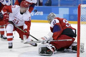 Český brankár Pavel Francouz v akcii, prekonať sa ho pokúša Sergej Kalinin.