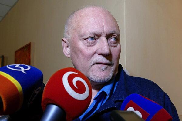 František Mojžiš odpovedá na otázky novinárov pred pojednávacou miestnosťou v Ústave na výkon trestu pre odsúdených v Sučanoch.