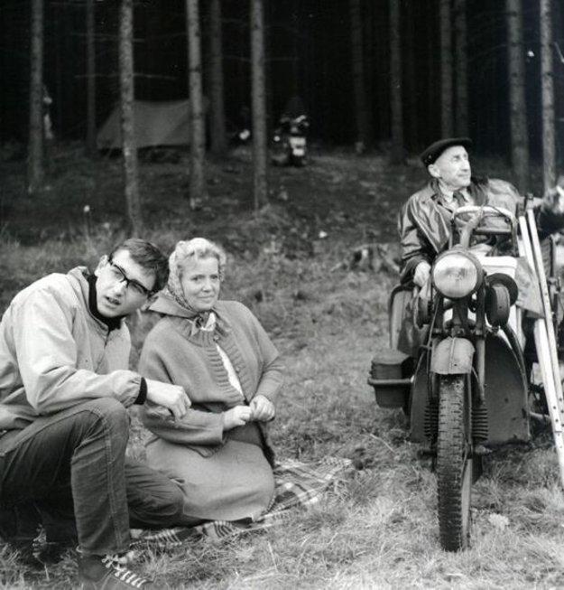 Svojrázne poviedky Bohumila Hrabala pritiahli pozornosť mladých filmárov svojou netušenou poéziou všedného života. V Perličkách na dne (1965) Jiří Menzel režíroval z piatich prvú poviedku - Smrt pana Baltazára.