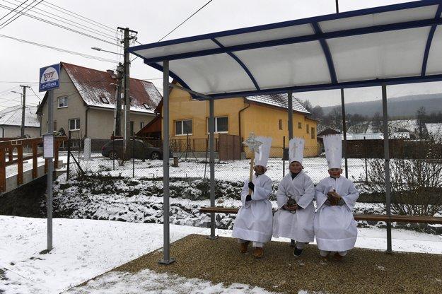 Chlapci v kostýmoch kráľov Gašpara, Melichara a Baltazára čakajú na autobusovej zastávke počas osláv sviatku Zjavenia Pána - Troch kráľov v obci Selec neďaleko Trenčína v stredu 6. januára 2016. Sviatok Troch kráľov patrí k najstarším kresťanským sviatkom a je to zjavenie Ježiša Krista ako Mesiáša, Božieho syna a Spasiteľa. Dodržiavanie ľudových tradícií má v tejto obci hlboké korene.