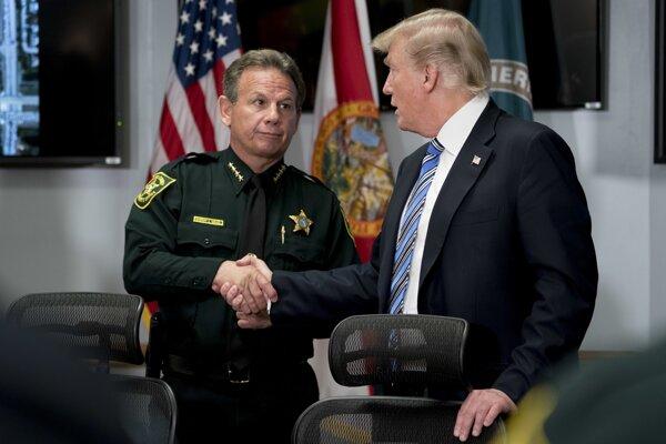 Šéf miestnej polície Scott Israel (vľavo) sa po streľbe na floridskej strednej škole stretol s prezidentom Donaldom Trumpom (vpravo).