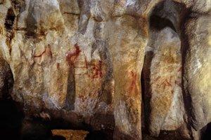 Maľba v tvare rebríka ( v strede) je staršia ako 64-tisíc rokov. Moderný človek ju nemohol namaľovať.