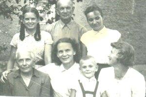 Viera Horanská (vľavo hore) ako dievčatko so svojimi rodičmi a starou mamou Oľgou Stykovou (vľavo dole).