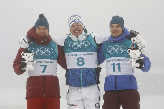 Pred objektívmi fotografov pózujú traja najlepší z pretekov na 50 kilometrov - zľava strieborný Alexander Bolšunov, zlatý Iivo Niskanen a bronzový Andrej Larkov.